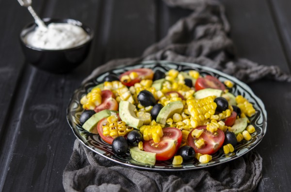 Постный салат из авокадо и кукурузы