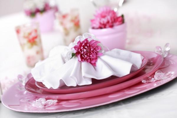 Сервировка к 8 марта в розовых тонах