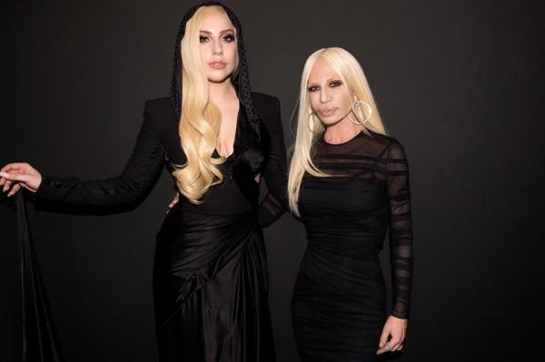 Певица Lady Gaga и дизайнер Донателла Версаче (справа)
