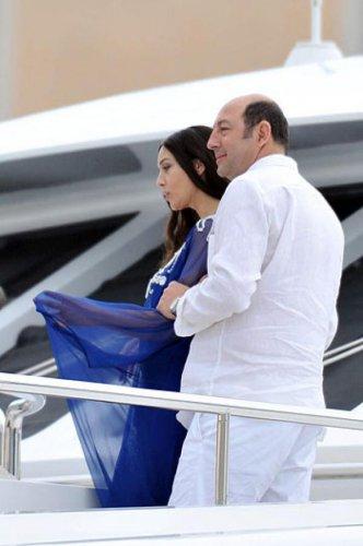 Моника Белуччи в объятиях лысеющего мужчины прокатилась на яхте