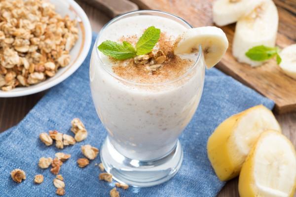 Завтрак из овсяных хлопьев с йогуртом и бананом