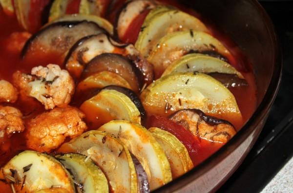 Рататуй с томатным соусом и цветной капустой