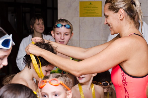 Яна награждает своих учеников медалями