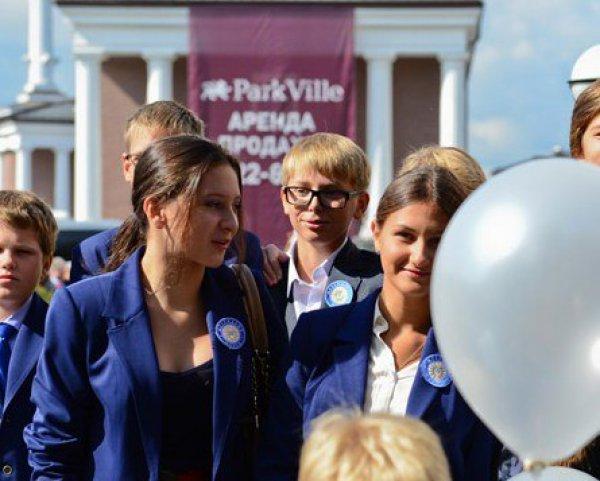 Дени Байсаров пришел на линейку в окружении секюрити