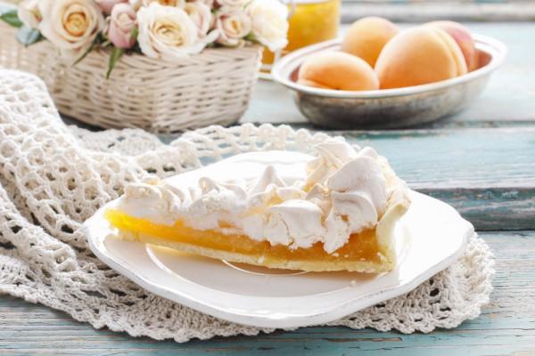 Пирог с безе и абрикосами