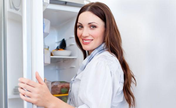 Если полки в холодильнике сделаны из стекла, их не следует сразу мыть под краном с горячей водой: от перепада температур они могут лопнуть.