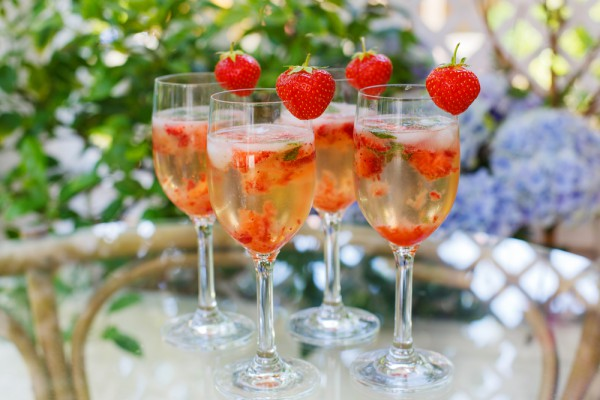 Шампанское с клубникой и мятой