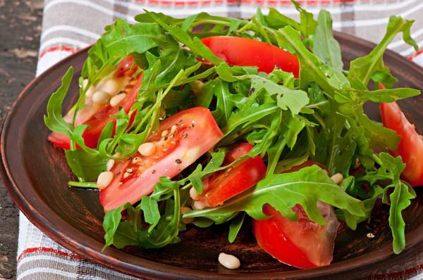Летний салат с медово-горчичной заправкой фото