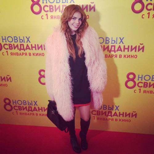 Певица Анастасия Стоцкая в розовой шубе из ламы