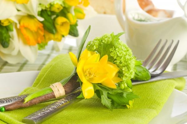 Хорошо сочетаются желтые нарциссы и зеленые тканевые салфетки.