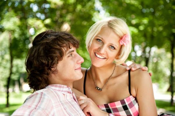 При знакомстве с женщиной мужчины сперва смотрят в ее глаза, потом на улыбку, и только потом на грудь