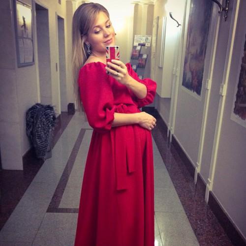 Актриса Кристина Асмус поделилась с поклонниками фото со съемок: звезда в красном платье поблагодарила за вопросы и пожелания.