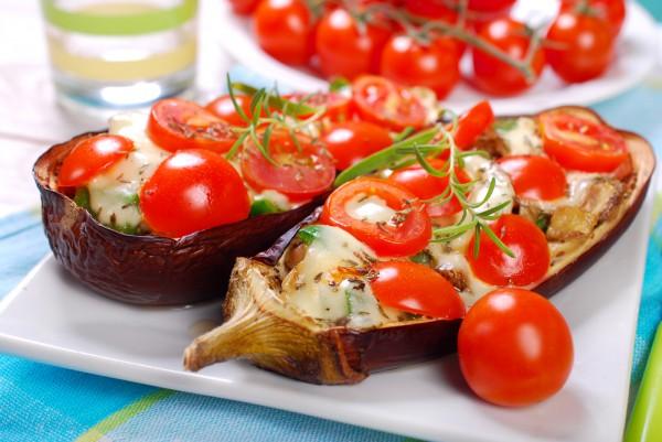 Лодочки из баклажанов с помидорами