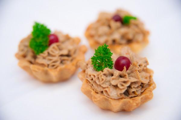 Новогодняя закуска: тарталетки с паштетом из курицы и грибов