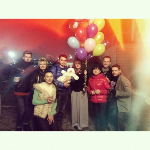 Певицу Славу из НеАнгелов пришли поздравить с выпиской из роддома ее друзья