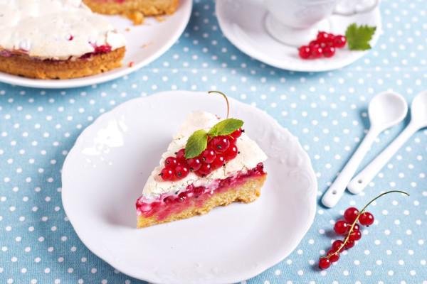 Пирог с безе и смородиной