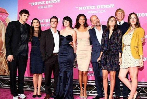 Одна счастливая большая семья: Деми Мур и Эштон Катчер, Брюс Уиллис и Эмма Хэмпинг, взрослые дочери Брюса и Деми на премьере фильма Рамур (2008 год)