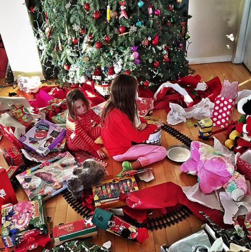 Дочки Анны Седоковой рассматривают, полученные от Максима, подарки