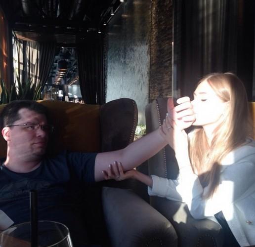 Кристина Асмус целует руку Гарику Харламову