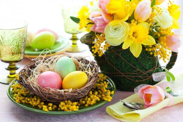 Декорируя пасхальный стол, не стоит забывать о первых весенних цветах