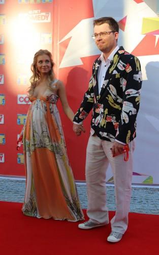 Кристина Асмус для выхода в свет выбрала платье с глубоким декольте