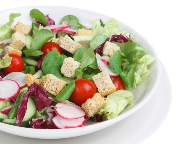 Постный салат из редиса с гренками