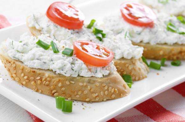 Творожную закуску можно подавать с поджаренным хлебом и помидорами
