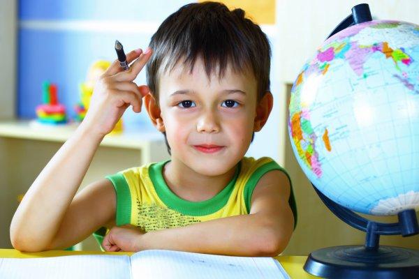 Если ребенок отказывается идти в школу, попробуй найти с ним компромисс. Например, один день он может позаниматься дома