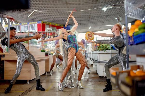 Оля Полякова на Житнем рынке устроила танцы с колбасой
