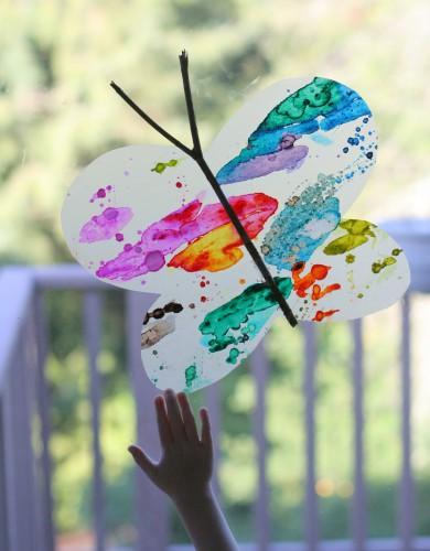 Бабочку на окно можно приклеить мыльным раствором или скотчем