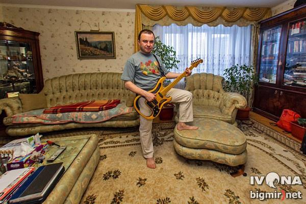 Виктор – страстный коллекционер гитар. В его коллекции – около 30-ти инструментов