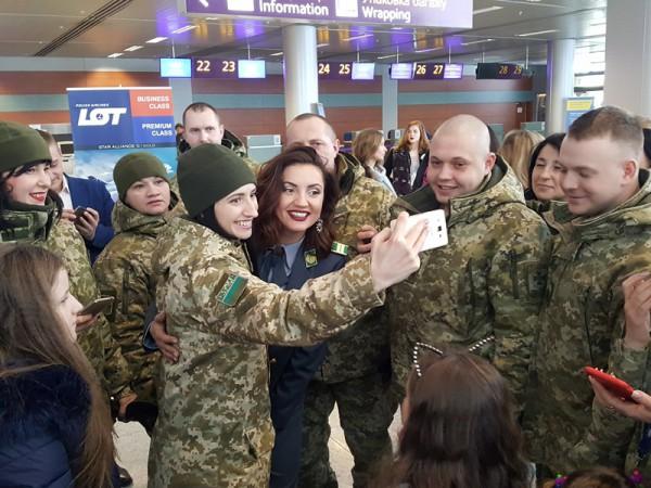 Оля Цибульская с пограничниками фото
