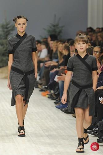 Дочь Маши Ефросининой Нана (справа) стала моделью на показе дизайнера Виктора Анисимова