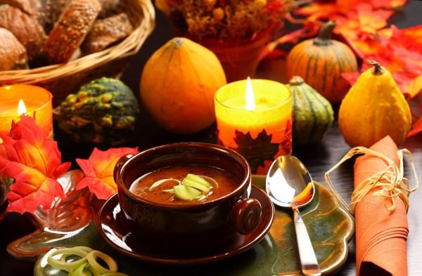 Осенний стол можно украсить композициями из цветов и ягод