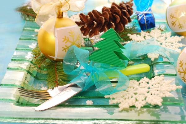 Елочную игрушку можно положить на сервировочную тарелку