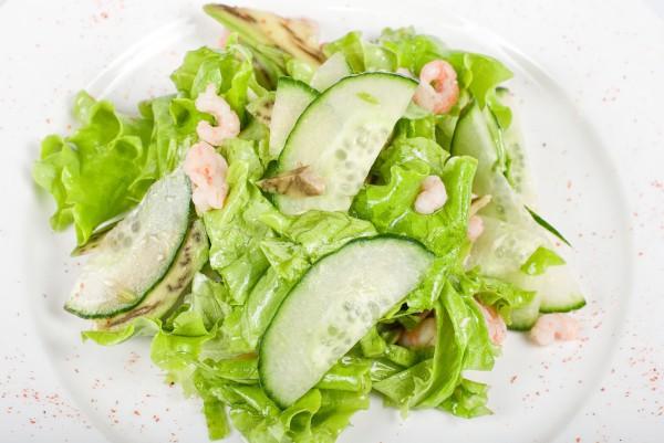 Салат с авокадо, креветками и огурцами