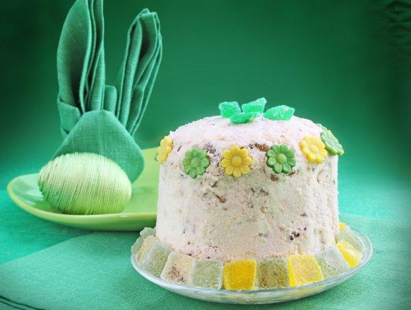 Уделяй внимание деталям: ярко-изумрудная скатерть гармонично сочетается с тканевой салфеткой в виде кролика, декоративным пасхальным яйцом и даже с цукатами на творожной пасхе