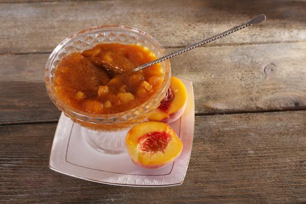 Варенье из абрикосов домашнее Ингредиенты:  цедра и сок 1 лимона, 900 г (4 чашки) сахара, 1 кг крепких спелых абрикосов, 250 мл (1 стакан) воды
