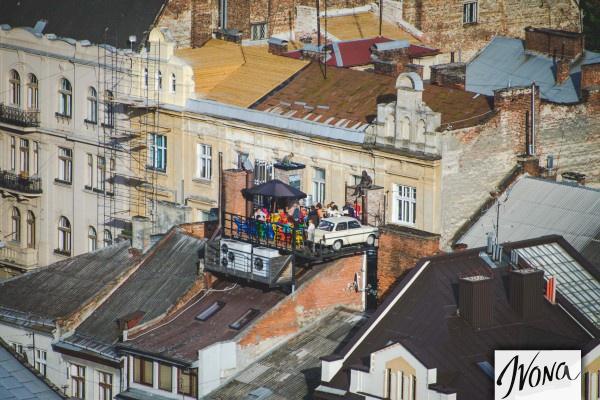 Машина на крыше Дома Легенд