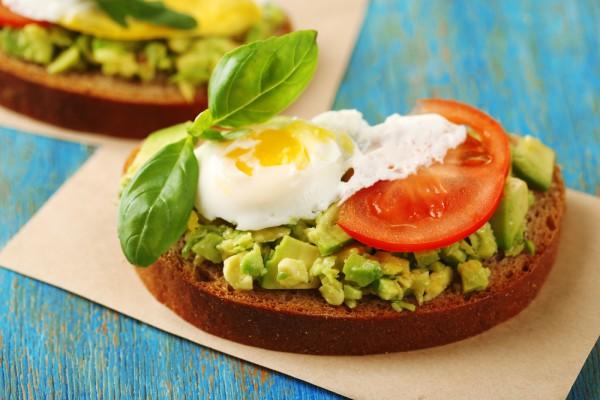 Сытный завтрак: тост с авокадо, шпинатом и яйцом