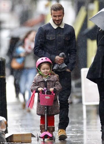 Дэвид Бекхэм выбрал не самую лучшую погоду для прогулки с ребенком