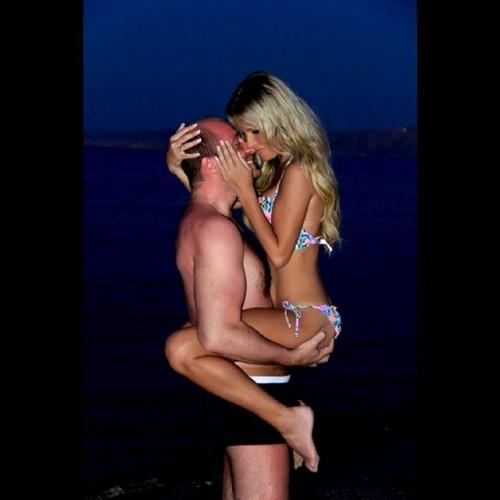 Дана Борисова показала жаркие объятия с незнакомцем