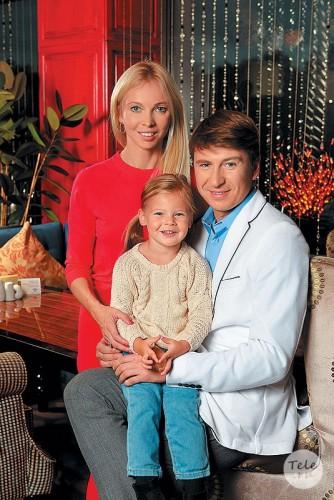 Алексей Ягудин с женой Татьяной Тотьмяниной и дочкой Лизой