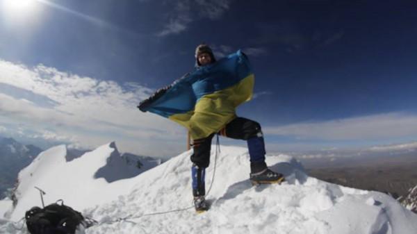 Дмитрий Комаров развернул флаг Украины на вершине Уайна Потоси 1 января