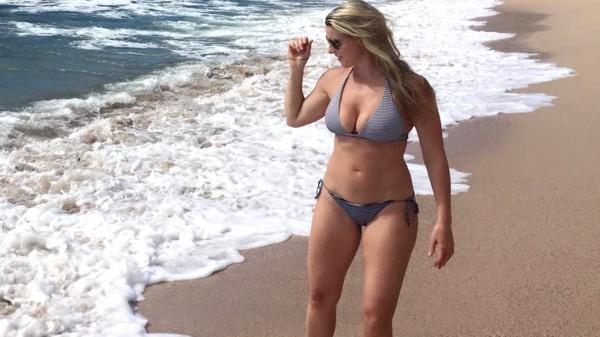 Женщина показала подписчикам фото на пляже