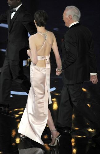 Энн Хэтэуэй выбрала платье с открытой спиной