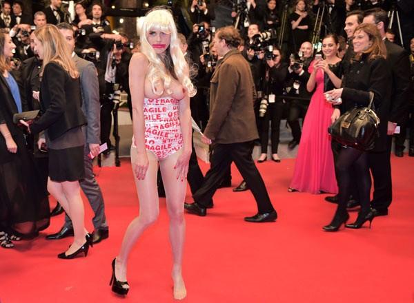 Эпатажная блондинка в Каннах