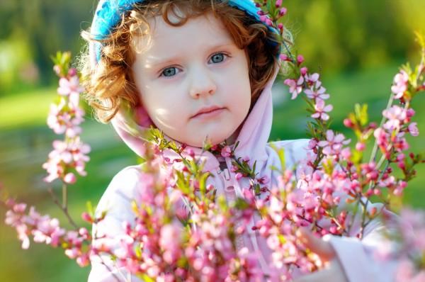 Отправляясь на прогулку весной лучше одевать ребенка многослойно