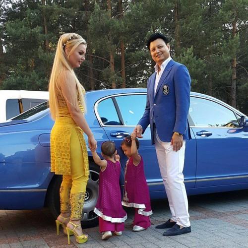 Камалия с мужем и дочерьми-близнецами