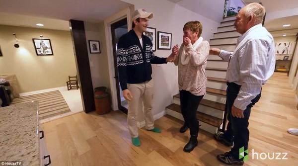 Мама Эштона Катчера расплакалась от радости, когда увидела обновленный интерьер своего дома